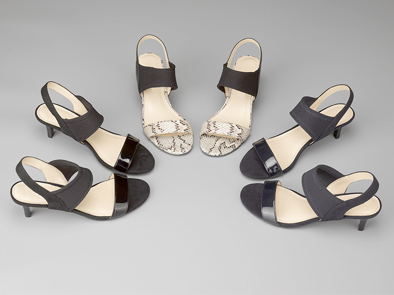 女士露指高跟凉鞋摆拍