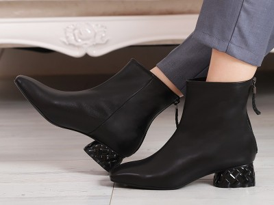 秋冬季必须入手了!这款靴子设计极具有修脚迷人的味道。