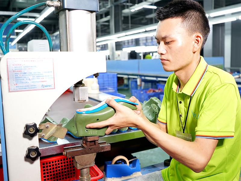 女鞋生产厂家懿熙鞋业基地生产现场实景